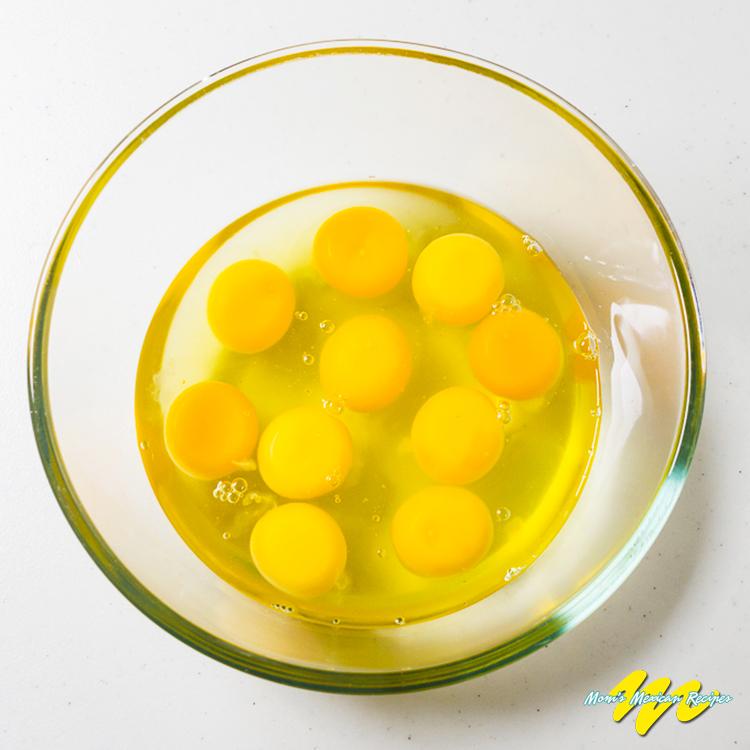 Huevos a la mexicana-lightly batter the eggs-Step 1
