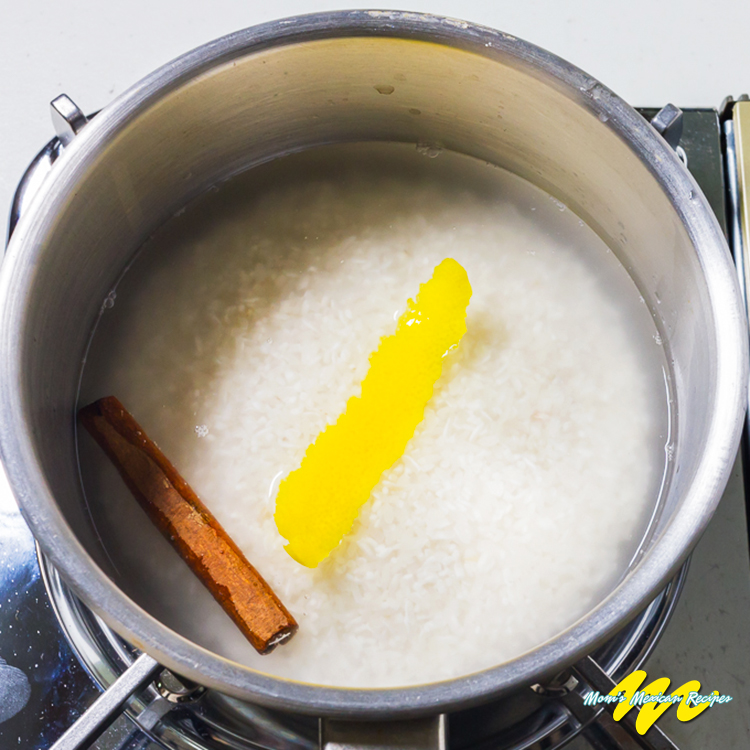 Sweet Rice Cook Cinnamon Stick and Lemon in Water